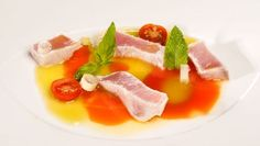 Bruno Oteiza elabora una sorprendente receta de bonito marinado en limón, sal y pimienta y acompañado de dos salsas: una de tomate y otra de pimiento verde.