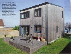 Surélevée face à la mer. Un pavillon en bord de mer gagne deux demi-étage. Ossature de bois. Une oeuvre de Mariu Sananikone et Natacha Goudchaux.