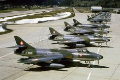 A Swiss Air Force Hawker Hunter lineup Air Force Aircraft, Fighter Aircraft, Fighter Jets, Swiss Air, Fun Fly, Old Planes, Postwar, Royal Air Force, Jet Plane