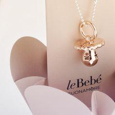 Il Ciuccio Rosato di leBebé Suonamore, argento placcato oro con diamantino e catena in argento. Il ciondolo dell'attesa più bella. :) http://www.lebebe.eu/it/brand/lebebe_suonamore #fieradiesseremamma #lebebé #suonamore #gioielli