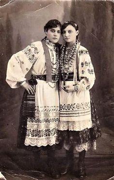 Слобожанщина, м. Харків. 1916 р. Old Photos, Vintage Photos, Vintage Photographs, Folklore, Eslava, Flower Headdress, Ukrainian Dress, Folk Clothing, Imperial Russia