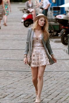 """""""Gossip Girl"""" had plenty of fashion and style inspiration, but Serena van der Woodsen, played by Blake Lively, had some seriously iconic looks. Here are some of Serena's best outfits on """"Gossip Girl. Mode Gossip Girl, Gossip Girl Serena, Estilo Gossip Girl, Gossip Girl Outfits, Gossip Girl Fashion, Fashion Tv, Look Fashion, Fashion News, Fashion Trends"""