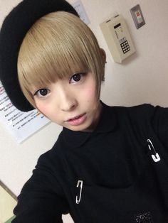Mogami Moga 最上もが - Dempagumi.inc / でんぱ組.inc - wearing black beret or cap tilted to side, and black outfit with two large safety pins near armpits.
