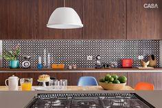 31 cozinhas de sonho que vão fazer você querer reformar a sua - Casa. Cozinha com ares vintage e armários de madeira escura. Configuração bem bacana...