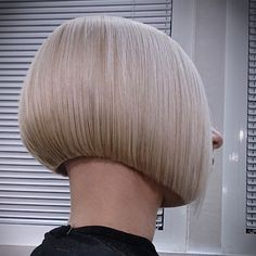 blond shaved nape bob - back view One Length Bobs, Medium Length Bobs, Summer Hairstyles, Bob Hairstyles, Short Hair Cuts, Short Hair Styles, Blunt Haircut, Getting A Perm, Shaved Nape
