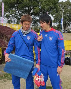 [ 2010キャンプレポート ] 2月8日(月)F東京レポート 今シーズン新加入の高橋秀人選手(右)と、GKの権田修一選手。 小さなデジタルカメラを向けると「それ、絶対プライベート用でしょう?」と、権田選手は、疑いの目…。「いーえ、お仕事です!」ということで、こちらを掲載。  二人で、「どうやって写る?」と相談中…。  結果、この後、二人そろって、にっこり笑顔。 しっかり二人揃って、ゴールも守ってくださいね!  ★F東京公式サイト 2010年間チケット販売中! ★J's GOALでは2010も全クラブキャンプ取材を実施します!   2010年2月8日(月):宮崎県都城市