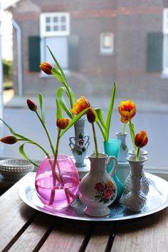 Bloemen in kleine vaasjes