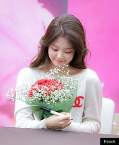 A flower holding a flower Kpop Girl Groups, Korean Girl Groups, Kpop Girls, Blackpink Jennie, Yg Entertainment, Forever Young, Pink Twitter, My Little Beauty, Blackpink Members