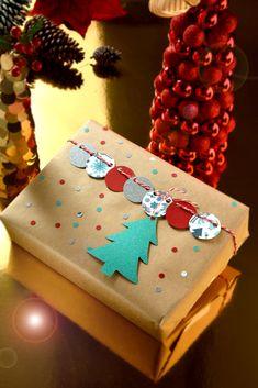 Si no quieres gastar mucho dinero esta navidad, te dejamos esta idea sencilla para envolver tus regalos solo necesitas hojas de colores, perforadora y un cordón rojo y de esta forma tendrás personalizaras tus regalos esta navidad.