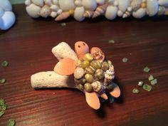 子ガメ君★珊瑚石に乗って★天然貝殻と牛革★ダークグリーン甲羅