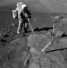 Geologist-Astronaut Harrison Schmitt, Apollo 17 lunar module pilot, uses an adjustable sampling scoop to retrieve lunar samples during the second extravehicular activity, at Station 5 at the Taurus- Littrow landing site. Gus Grissom, Moon Missions, Apollo Missions, Neil Armstrong, Mission Apollo 11, Cosmos, Apollo Space Program, Nasa Astronauts, Moon Dust