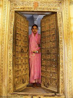 India: Jaisalmer: a door opens