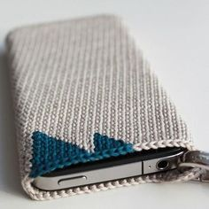 Crochet iPhone Cover 2 -- use nylon size ten thread and add a hook for keychain/purse Crochet Phone Cover, Crochet Case, Crochet Hook Set, Crochet Purses, Love Crochet, Crochet Gifts, Diy Crochet, Knitting Patterns, Crochet Patterns