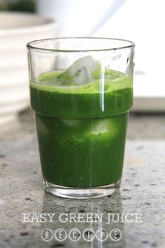 Easy green juice recipe with apples, spinach, celery and lemon/lime