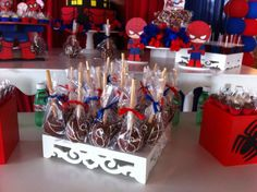Maçãs decoradas para festa do Homem Aranha. Veja mais aqui: http://mamaepratica.com.br/2015/10/02/festa-do-homem-aranha-e-vingadores  #festa #HomemAranha #meninos #super-heróis