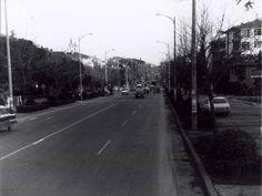 1987 yılına kadar Bağdat Caddesi'nde ÇİFT YÖNLÜ TRAFİK vardı... Bu fotoğraf Bağdat Caddesi'nden, 1970'lerden... Suadiye'den Bostancı'ya gidiş yönü...