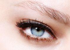 Augenbrauen umrahmen das Gesicht. Maybelline BROW SATIN hilft die Augenbrauen zu perfektionieren