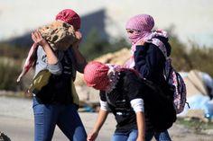صور:فتيات رام الله يتصدرن المواجهات على حاجز عوفر