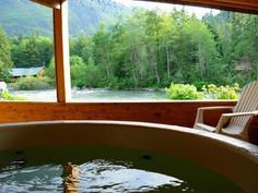 Romantic cabin on the Skykomish River with hot tub
