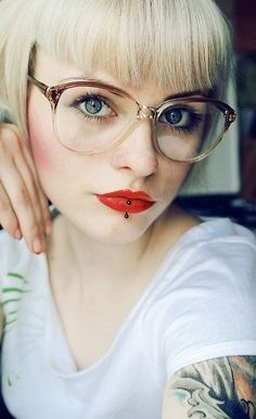 Foi-se o tempo em que a mulherada vivia em guerra com seus óculos de grau.Hoje, um modelo bem escolhido complementa …