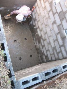 Sua construção começa pela escavação no local do terreno onde a fossa deverá ser instalada. O fundo do buraco deverá ser compactado, nivelado e coberto com uma camada de cinco centímetros de concreto magro, (1 saco de cimento, 8 l de... Simple House Exterior Design, Flat Roof House Designs, House Floor Design, 2 Storey House Design, Diy Septic System, Septic Tank Systems, Septic Tank Design, Eco Cabin, Man Cave Bathroom