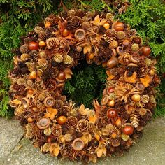 INSPIRATION: Create a beautiful autumn wreath that is almost free of charge. INSPIRATION: Create a beautiful autumn wreath that is almost free of charge. Outdoor Christmas, Christmas Art, Christmas Wreaths, Autumn Crafts, Nature Crafts, Autumn Decorating, Fall Decor, Halloween Decorations, Christmas Decorations