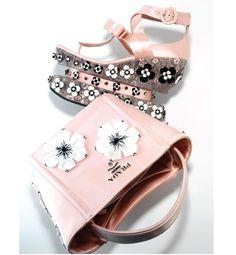 Uno de los accesorios más destacadados de esta temporada son estas sandalias y bolso de Prada. El rosa mikado y las flores del almendro en flor animarán cualquier look. ¡Puede quedar ideal con un outfit en denim, estilo rockero!