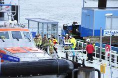 Hulpdiensten staan klaar op de steiger, station Hoek van Holland