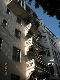Back side of Chateau Marmont Hollywood Homes, West Hollywood, Chateau Marmont Los Angeles, Rock And Roll History, Los Angeles Neighborhoods, Old World Charm, Beverly Hills, Country Bands, Country Music