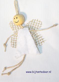 Er kan altijd een schattig engeltje erbij. Dit jaar van touw, kraal, vilt en kant. Wil je hem namaken? Pakketjes met alle materialen en beschrijving zijn te verkrijgen via www.bijtantedoor.nl