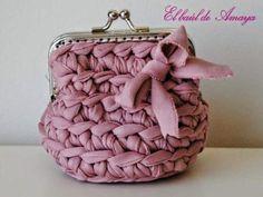 Bolsos de Trapillo con tutoriales incluidos | Aprender manualidades es facilisimo.com Crochet Coin Purse, Crochet Purses, Love Crochet, Crochet Yarn, Diy Bags Purses, Yarn Bag, Finger Knitting, Diy Handbag, Craft Bags