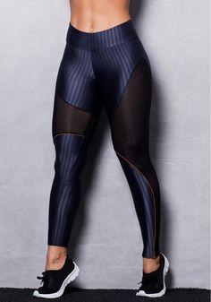 A sensualidade da transparência, que é tendência nas passarelas, também na moda fitness. Calça confeccionada em suplex de poliamida com recorte em tela. Este modelo é confortável e se ajusta perfeitamente ao corpo.