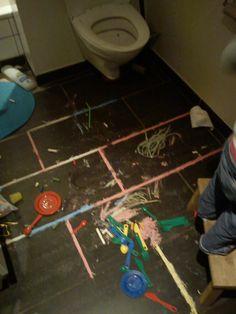 Alma dekorerer badeværelset i et uforstyrret øjeblik....