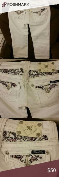 miss me Capri gems Adorn these carpi pants for a super cute look along with floral Patterns on the back patches.very fitting and flattering Miss Me Jeans Ankle & Cropped