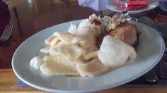 pas makan siang di hotel sintuk - bontang,,,, hmmm rasanya enak bnget makan bersama ,,,,