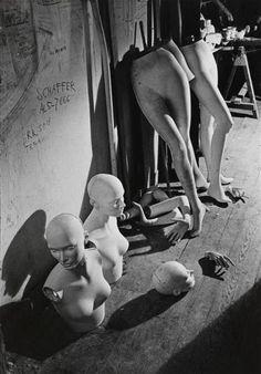 André Kertész - Dans l'atelier d'Ivan Biro, 1965.