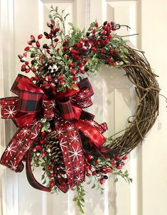 Stylish Welcoming Country Christmas Wreath Ideas For Your Front Door Grapevine Christmas, Christmas Mesh Wreaths, Christmas Snowflakes, Grapevine Wreath, Christmas Crafts, Ribbon Wreaths, Yarn Wreaths, Winter Wreaths, Floral Wreaths