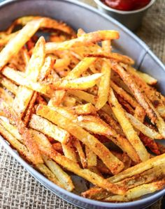 Learn how to make extra crispy, oven-baked French fries! I loveeee French fries Potato Dishes, Potato Recipes, Vegetable Recipes, Batata Potato, Side Dish Recipes, Dinner Recipes, Side Dishes, Oven Baked French Fries, Crispy French Fries