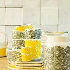 Marimekko servies Kurjenpolvi in geel en lichtgrijs is binnenkort verkrijgbaar in onze winkel en webwinkel www.emma-b.nl