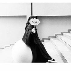WANITA SHALEHA Senyumnya.. Bagaikan tanda kelembutan tutur katanya Dihiasi dengan wajah yang berseri Bagaikan bukti ketaatan ibadahnya Rambut yang terbalut indah oleh hijabny Tangan yang cantik karena pacarnya Berjalan dengan tertunduk.... Bagaikan wanita yang menjaga martabatnya Kitab.... Tergenggam erat di tangannya Bukti wanita cerdas Yaang mampu memilih keputusan Dengan baik di sertai senyum Indah... Kata yang pantas untuknya Bukti kebaikan pribadinya Wanita yang baik akhlaknya Kelembut