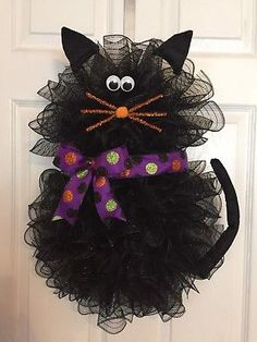 22 x 17 Handmade Halloween Deco Mesh Black Cat Wreath With Apartment Decorating Ideas for Christmas - ModavigoEveryone loves decorating for Christmas. Grab your garland and get ready for wreaths, because here, the editors of Roomadness share so Halloween Mesh Wreaths, Diy Halloween Decorations, Holiday Wreaths, Winter Wreaths, Spring Wreaths, Summer Wreath, Table Decorations, Moldes Halloween, Adornos Halloween