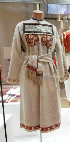 Праздничная женская одежда. Рубаха-кепи, пояс, украшение – шулкеме. Чуваши. Чувашия вторая пол. XIX в. Холст, набойка, шелковые и шерстяные нити, шелковые ленты, шерстяная тесьма, бахрома; вышивка.