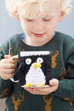 Crochet Penguin Mug Cover Crochet Kitchen, Crochet Home, Crochet Gifts, Easy Crochet, Free Crochet, Knit Crochet, Penguin Mug, Knitting Patterns, Crochet Patterns