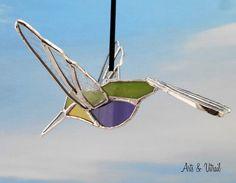 """Colibri 3D en vitrail, Oiseau en vitrail colibri 3D, dos vert, cou jaune, ventre violet, ailes et queue en verre clair, environ 6"""" (15cm) - Produits fabriqués au Québec par Zens Arts & Arts Vitrail"""