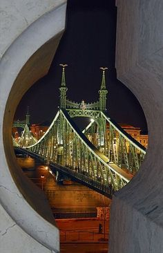 Ponte e espionagem / Liberty Bridge across the Danube River in Budapest, Hungary Wonderful Places, Beautiful Places, The Places Youll Go, Places To Visit, Liberty Bridge, Capital Of Hungary, Photo Voyage, Les Religions, Danube River