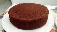 Fica parecendo uma esponja de tão fofa que fica, a massa do pão de ló fica leve e aerado..Receita de Pão de Ló de Chocolate Perfeito.