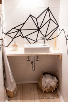 heimatbaum - wild & schön Guest Toilett Makeover Smal bathroom ideas Washitape / Origami / Misty Mountain inspired art for tiles