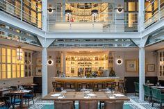 Les Chouettes - Au cœur du Marais, dans un décor style Eiffel de 20 mètres de haut sous verrière, un restaurant ouvert tous les jours. 32 rue de Picardie, 75 003 Paris.