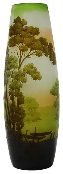 Gallé. Vaso francês Art Noveau, cerca de 1900 em cameo glass acidado e decorado com paisagem com lago e canoas em tom de verde sobre fundo âmbar. Alt. 33 cm. Assinado. Base 4.000,00.