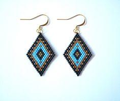 """Ethnic earrings in pearls miyuki rhombus motif """"native american"""" . Seed Bead Bracelets, Seed Bead Jewelry, Seed Bead Earrings, Beaded Earrings, Beaded Dragonfly, Motifs Perler, Bead Crochet Rope, Beaded Jewelry Patterns, Bijoux Diy"""